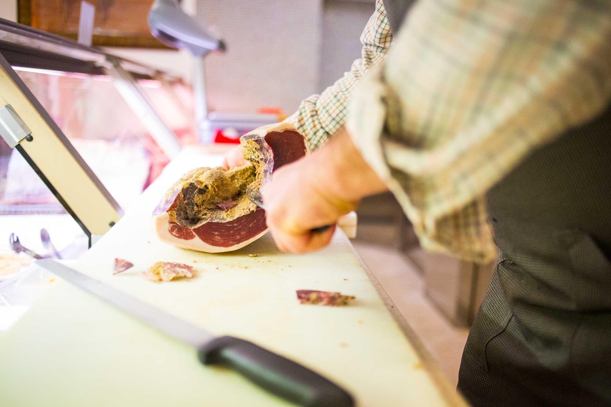 Carne maremmana: Salsicce, capocollo, pancetta, prosciutti, lonzini e guanciali senza coloranti e senza conservanti. - I piaceri della Maremma