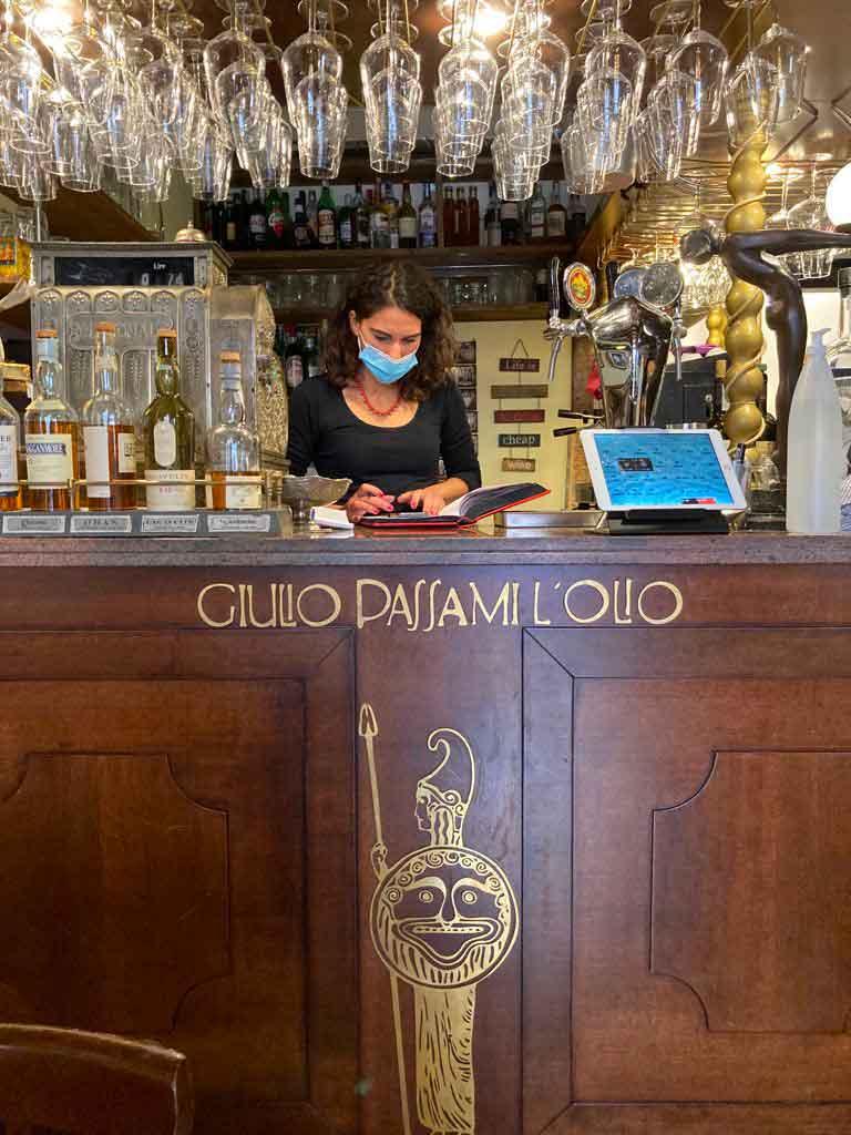 giulio-passami-l-olio8-bancone- I Piaceri della Maremma - Carne biologica km0